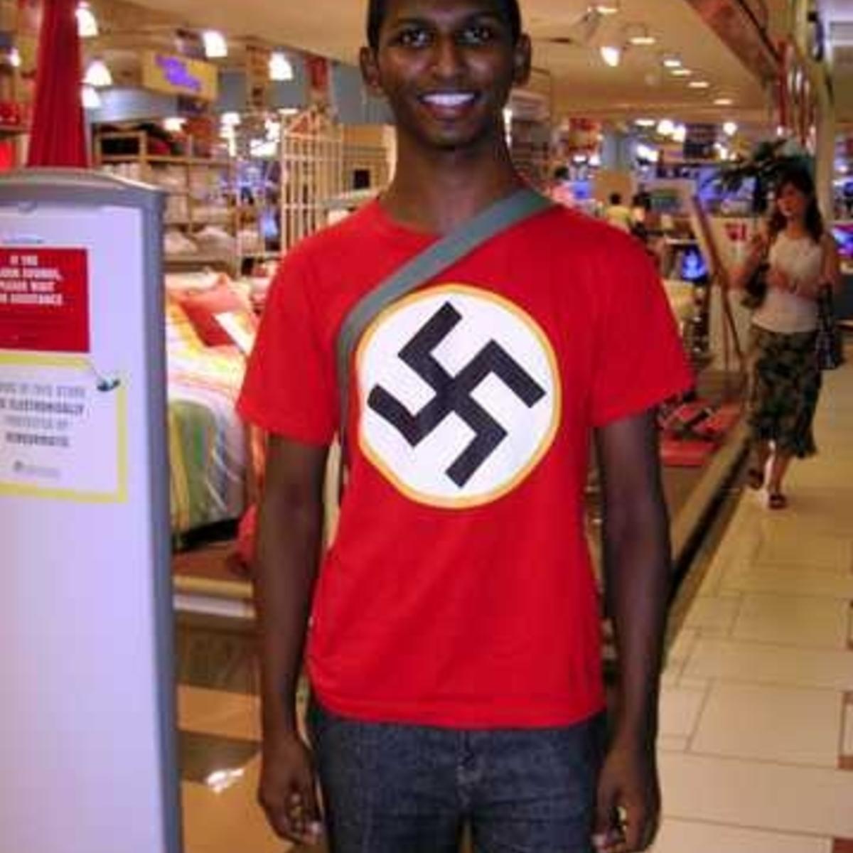 Некто южный хлопець в майке с солярным символом (не так ли, вукроиньци?)